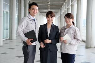 男性と女性の作業員とビジネスウーマンの写真素材 [FYI04615407]