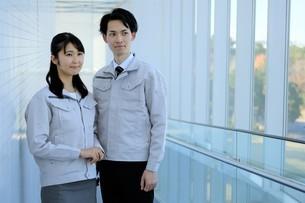 男性と女性の作業員の写真素材 [FYI04615532]