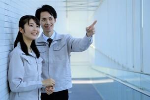 男性と女性の作業員の写真素材 [FYI04615545]