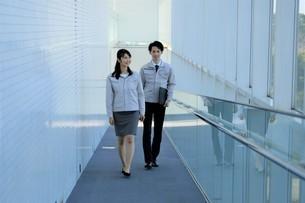 男性と女性の作業員の写真素材 [FYI04615553]