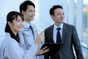男性と女性の作業員とビジネスマンの写真素材 [FYI04615569]