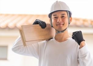 建築材を持つ男性作業員の写真素材 [FYI04615864]