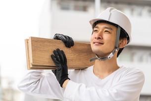 建築材を持つ男性作業員の写真素材 [FYI04615870]