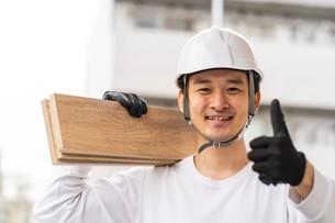 建築材を持つ男性作業員の写真素材 [FYI04615877]