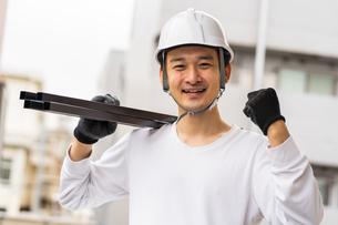 建築材を持つ男性作業員の写真素材 [FYI04615897]
