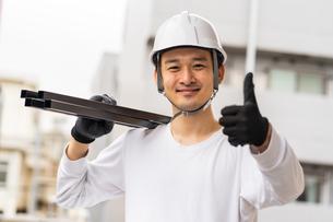 建築材を持つ男性作業員の写真素材 [FYI04615899]