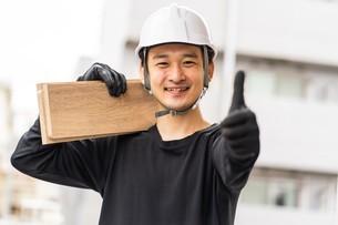 建築材を持つ男性作業員の写真素材 [FYI04615927]