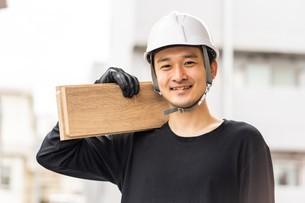 建築材を持つ男性作業員の写真素材 [FYI04615932]