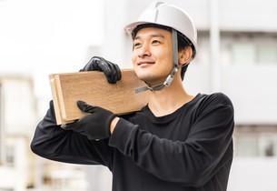 建築材を持つ男性作業員の写真素材 [FYI04615937]