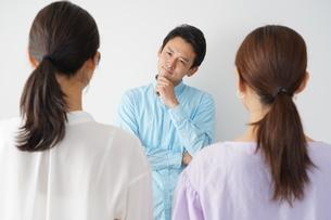 3人の日本人男女の写真素材 [FYI04616312]