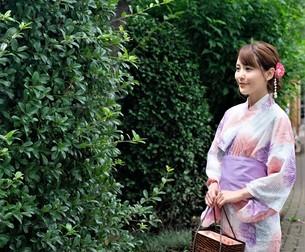 浴衣姿の日本人女性の写真素材 [FYI04616417]