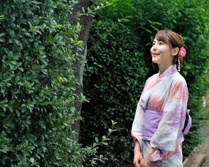 浴衣姿の日本人女性の写真素材 [FYI04616418]
