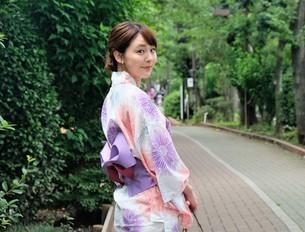 浴衣姿の日本人女性の写真素材 [FYI04616419]