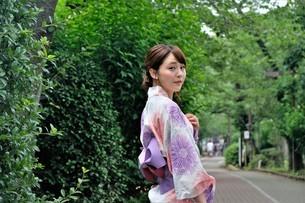 浴衣姿の日本人女性の写真素材 [FYI04616420]