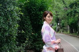 浴衣姿の日本人女性の写真素材 [FYI04616422]