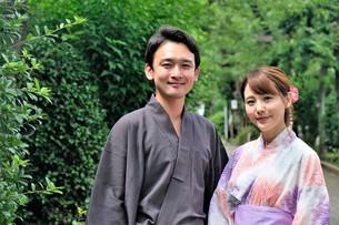 浴衣姿の日本人カップルの写真素材 [FYI04616423]