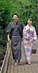 浴衣姿の日本人カップルの写真素材 [FYI04616427]