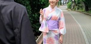浴衣姿の日本人カップルの写真素材 [FYI04616428]