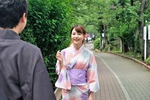 浴衣姿の日本人カップルの写真素材 [FYI04616429]