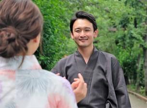 浴衣姿の日本人カップルの写真素材 [FYI04616431]