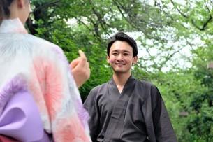 浴衣姿の日本人カップルの写真素材 [FYI04616433]