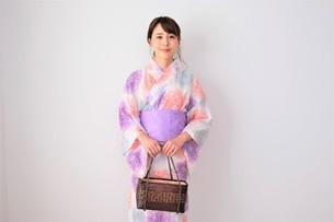 浴衣姿の日本人女性の写真素材 [FYI04616435]