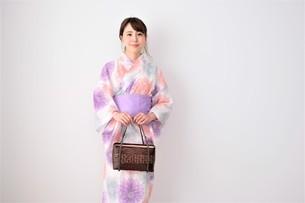 浴衣姿の日本人女性の写真素材 [FYI04616436]