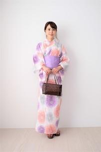 浴衣姿の日本人女性の写真素材 [FYI04616437]