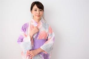 浴衣姿の日本人女性の写真素材 [FYI04616438]