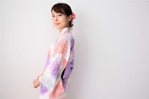 浴衣姿の日本人女性の写真素材 [FYI04616439]