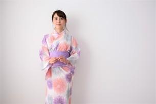 浴衣姿の日本人女性の写真素材 [FYI04616441]