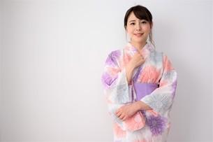浴衣姿の日本人女性の写真素材 [FYI04616443]