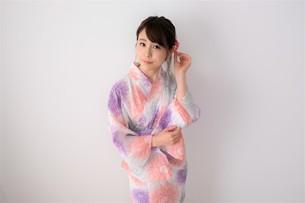浴衣姿の日本人女性の写真素材 [FYI04616444]
