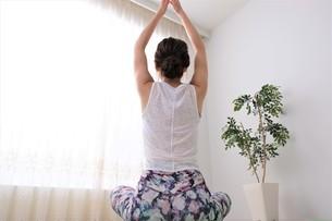 ヨガをする女性の写真素材 [FYI04616462]