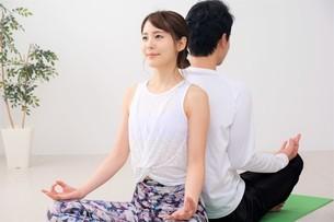 ヨガをする日本人カップルの写真素材 [FYI04616498]