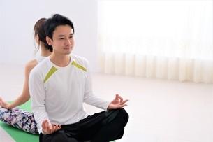 ヨガをする日本人カップルの写真素材 [FYI04616499]