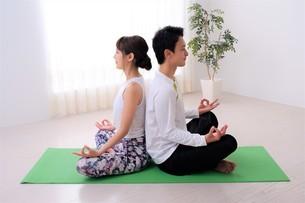 ヨガをする日本人カップルの写真素材 [FYI04616500]