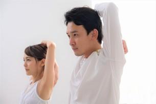 ヨガをする日本人カップルの写真素材 [FYI04616501]