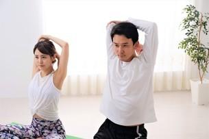 ヨガをする日本人カップルの写真素材 [FYI04616502]