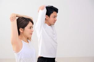 ヨガをする日本人カップルの写真素材 [FYI04616503]