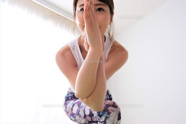 ヨガをする女性の写真素材 [FYI04616513]