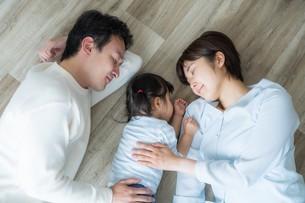日本人親子の写真素材 [FYI04616671]