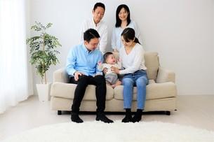 三世代家族の写真素材 [FYI04616796]