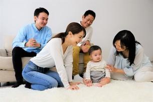 三世代家族の写真素材 [FYI04616801]