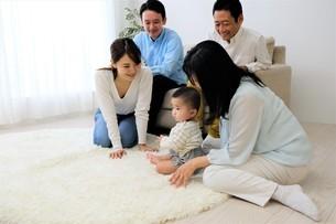 三世代家族の写真素材 [FYI04616803]