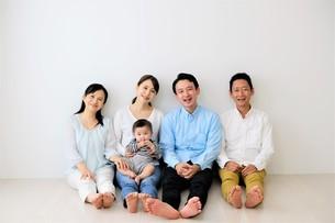 三世代家族の写真素材 [FYI04616823]