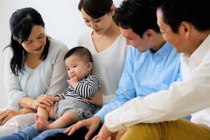 三世代家族の写真素材 [FYI04616831]