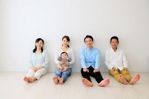 三世代家族の写真素材 [FYI04616836]