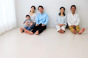 三世代家族の写真素材 [FYI04616864]