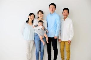 三世代家族の写真素材 [FYI04616865]